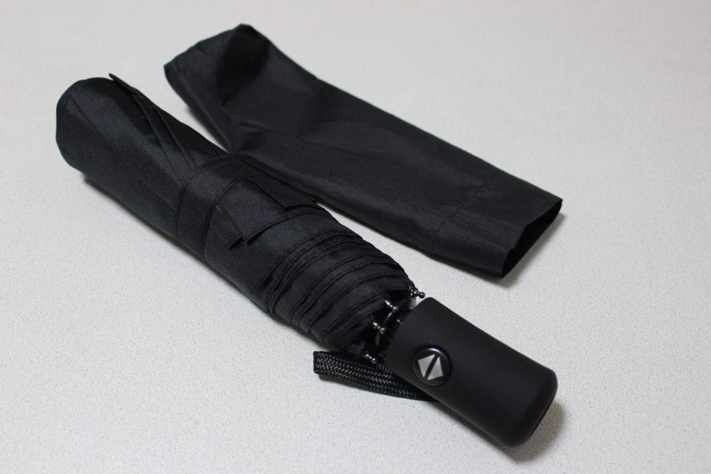 黒の折りたたみ傘と収納袋