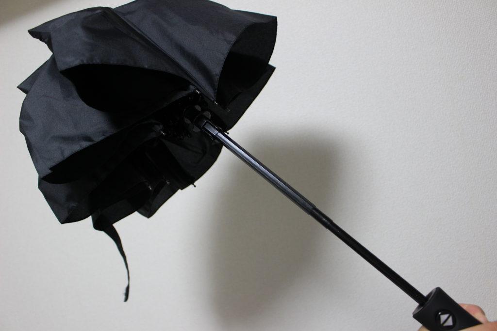 棒は伸びたまま閉じられた傘
