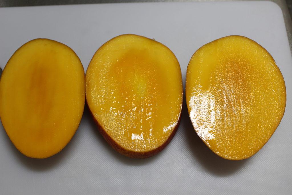 3つに切られたマンゴー