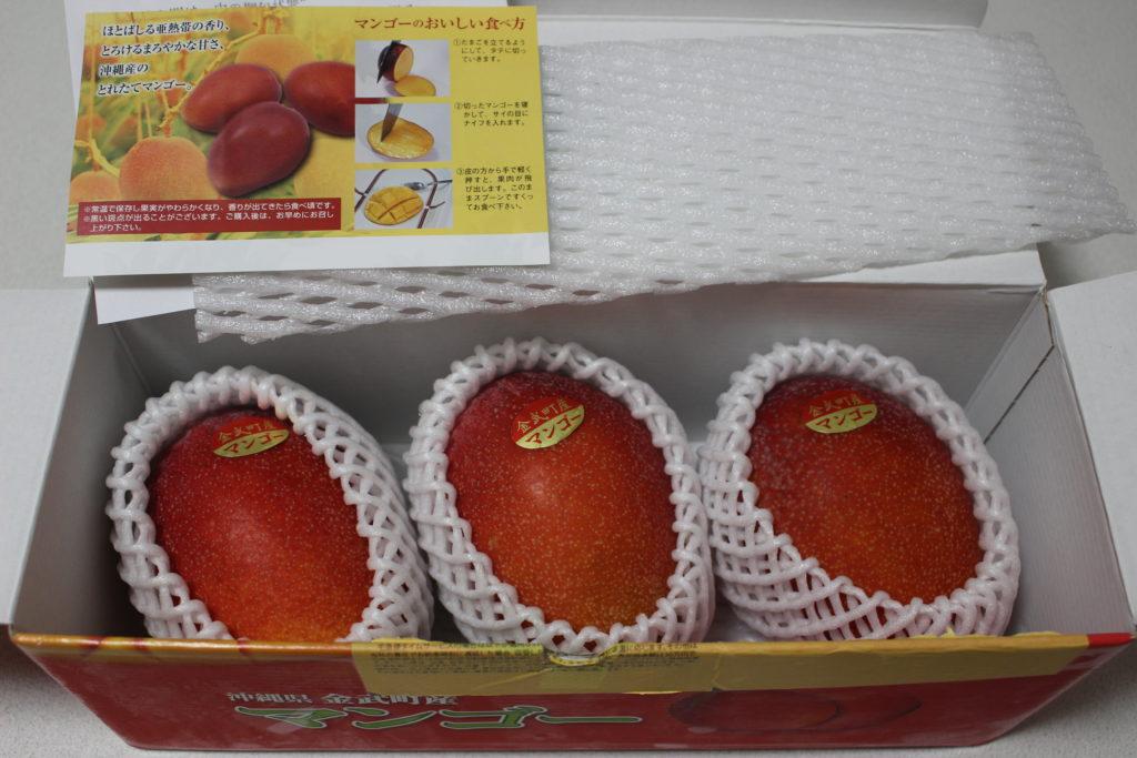 箱に入った3個のマンゴー