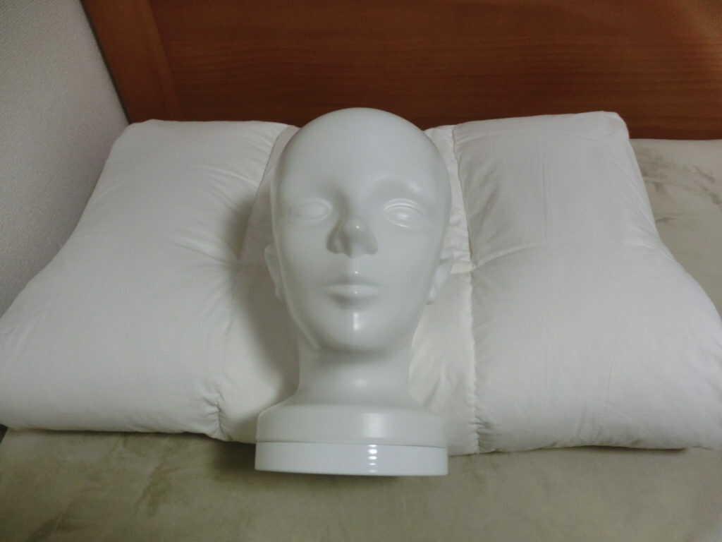 枕に置かれた頭部マネキン