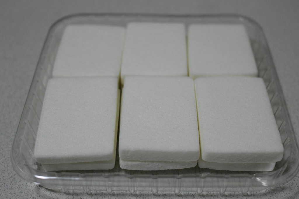 白くて平べったい12個の餅