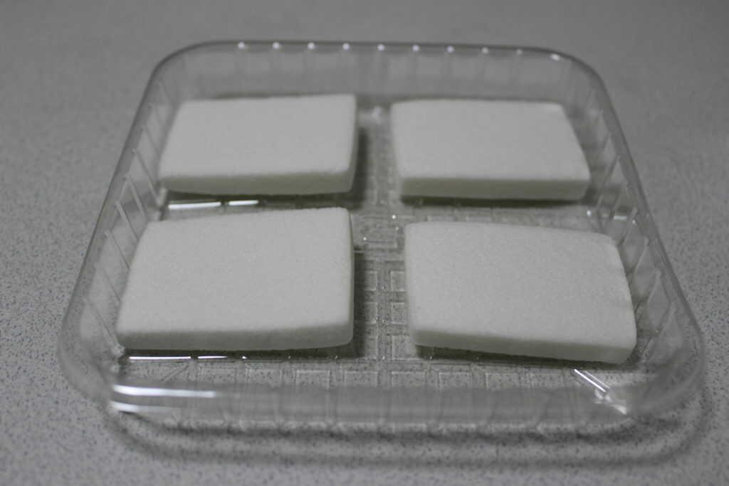 トレイに並べられた4個の餅