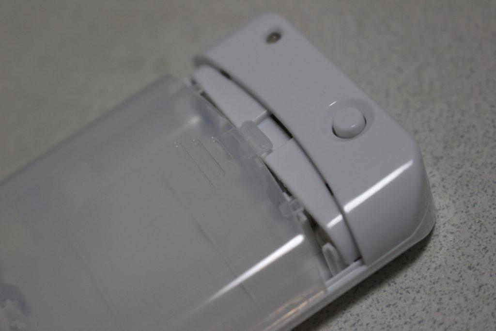 ツメがついている電池カバー