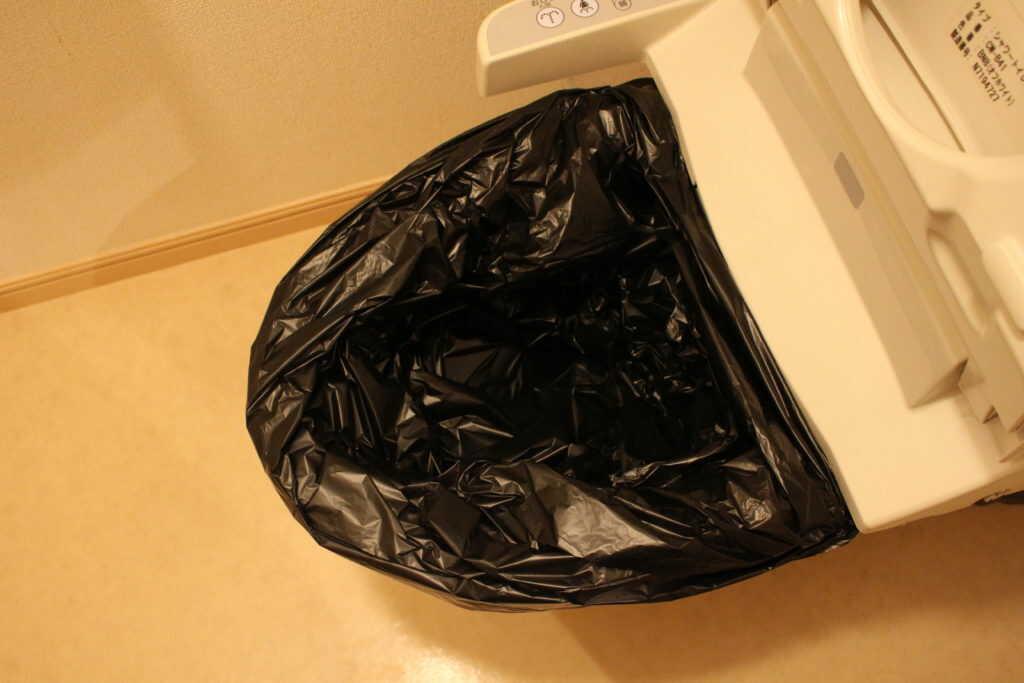 ゴミ袋を被せたトイレ