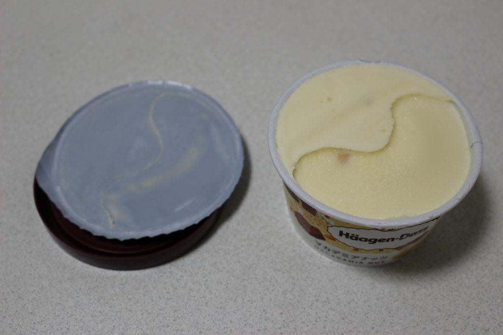 内蓋を剥がすと白いアイス