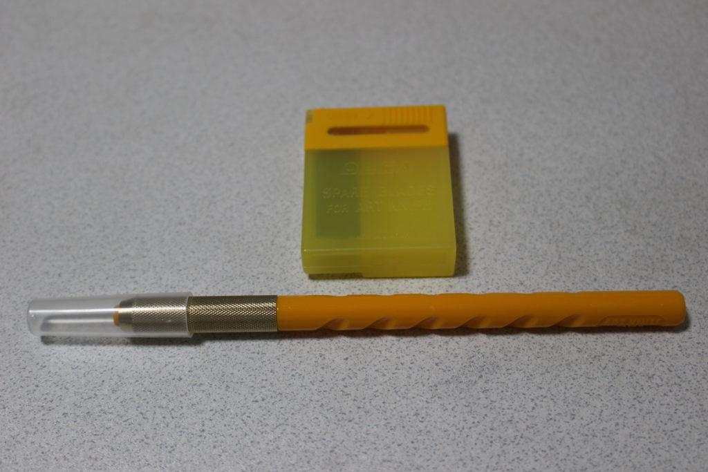 アートナイフ1本と、替刃が入った黄色いケース