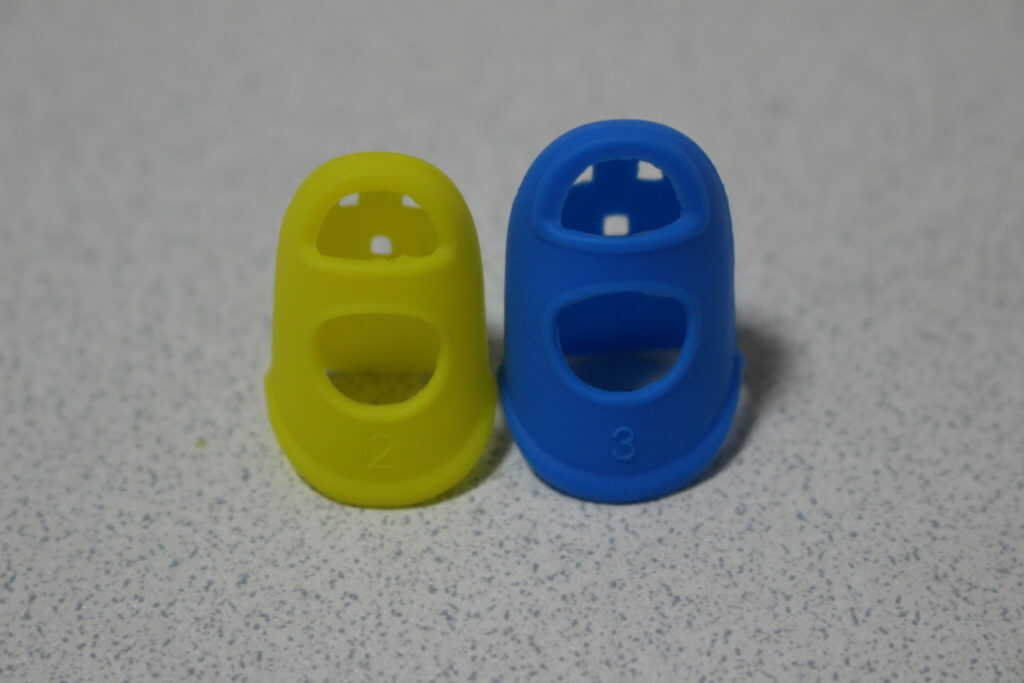 黄色の小さい指サックと、青色の大きい指サック