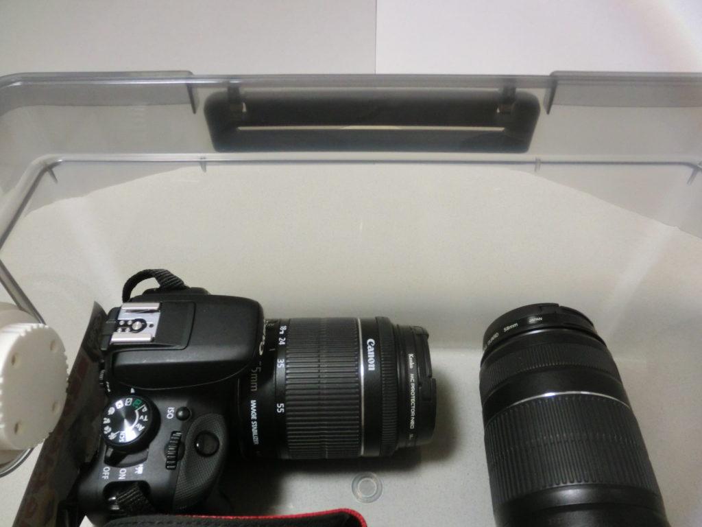 ボックスの半分程度の高さに収まっているカメラ