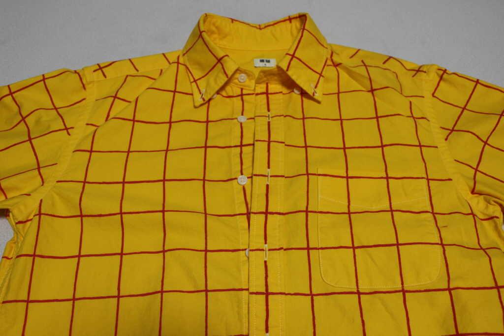 赤いチェックが入った黄色のシャツ