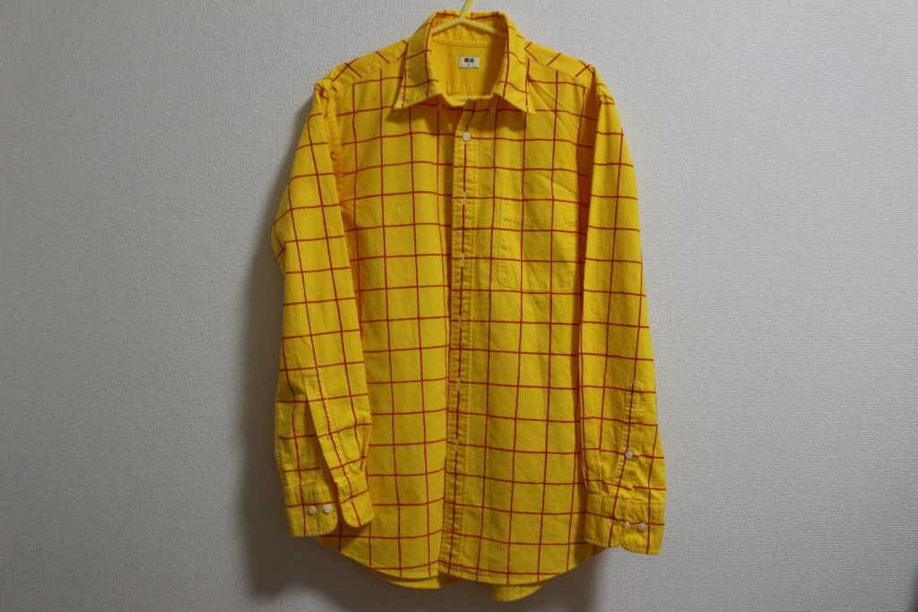 前から見たチェック柄の黄色いシャツ