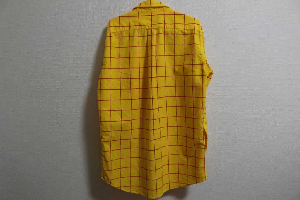 後ろから見たチェック柄の黄色いシャツ
