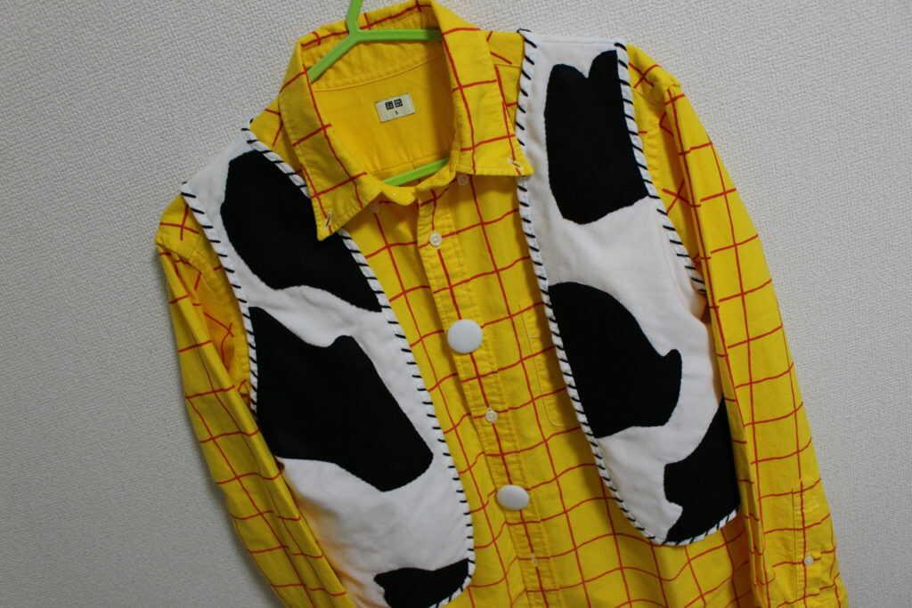 黄色のシャツと牛柄のベスト