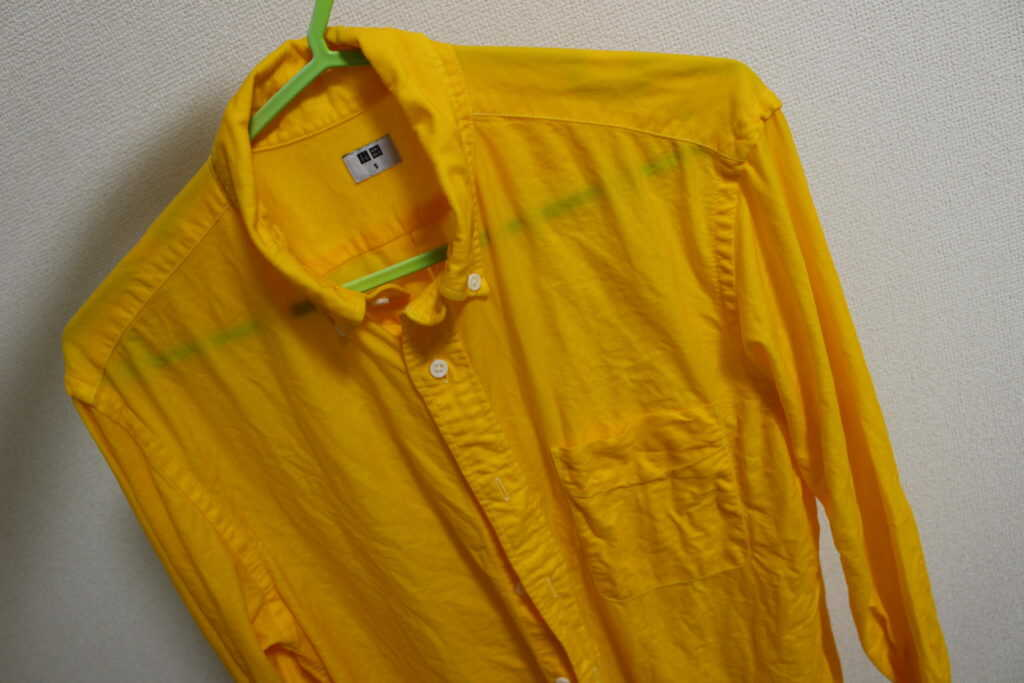 黄色く染まったシャツ