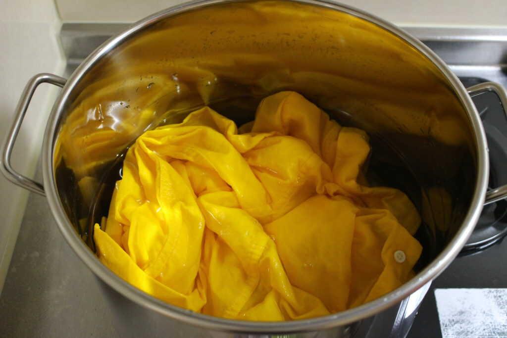 鍋に入れられた黄色のシャツ