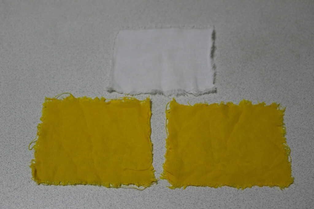 黄色に染めた2枚の布切れ