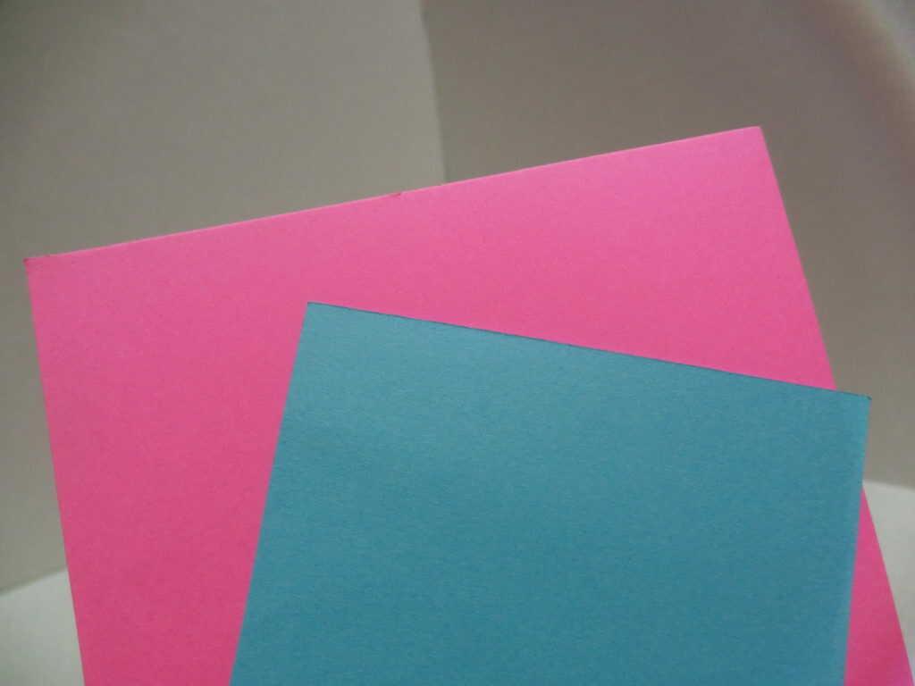 ピンクの画用紙と水色の画用紙
