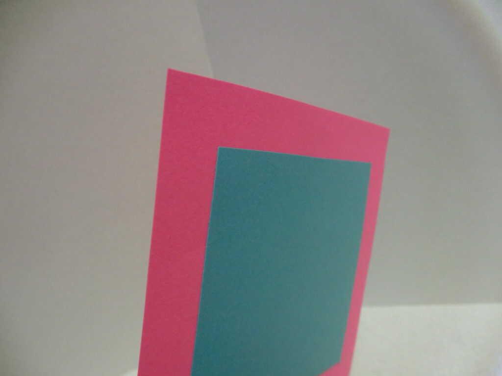 貼りついた2枚の画用紙