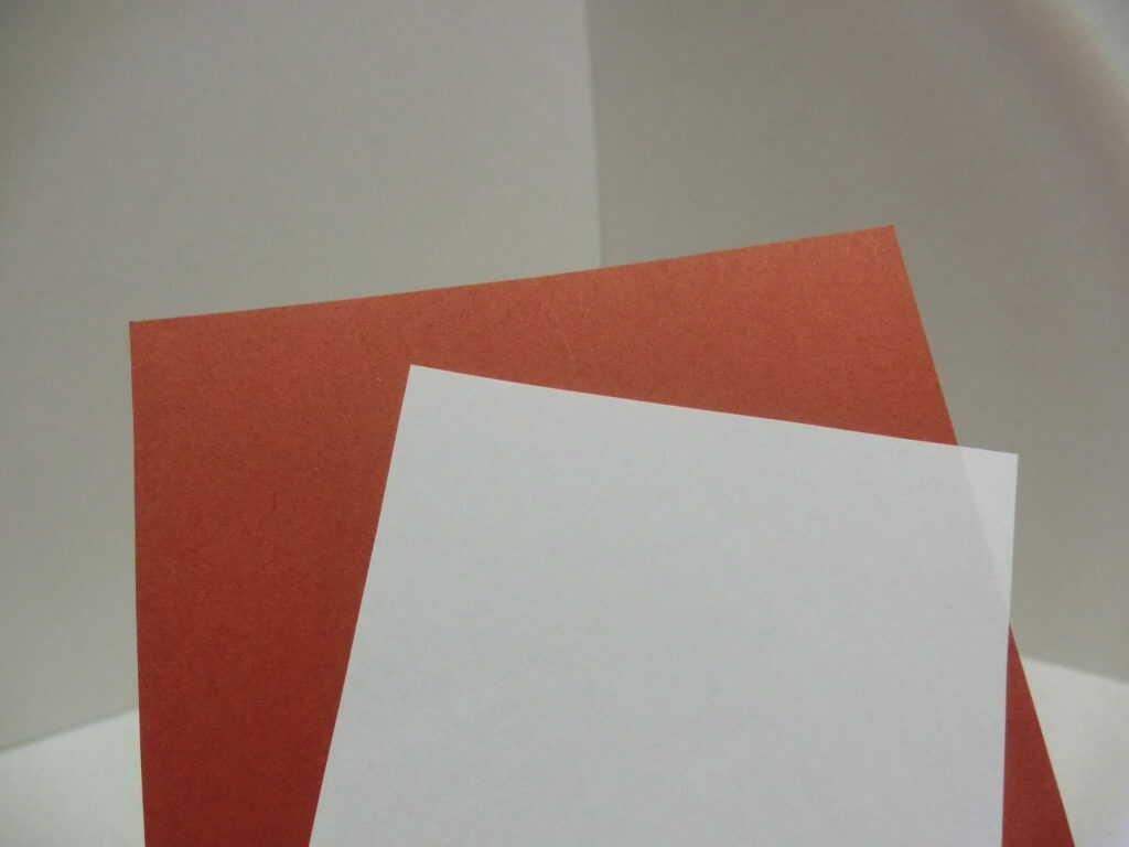 茶色の画用紙と白のコピー用紙
