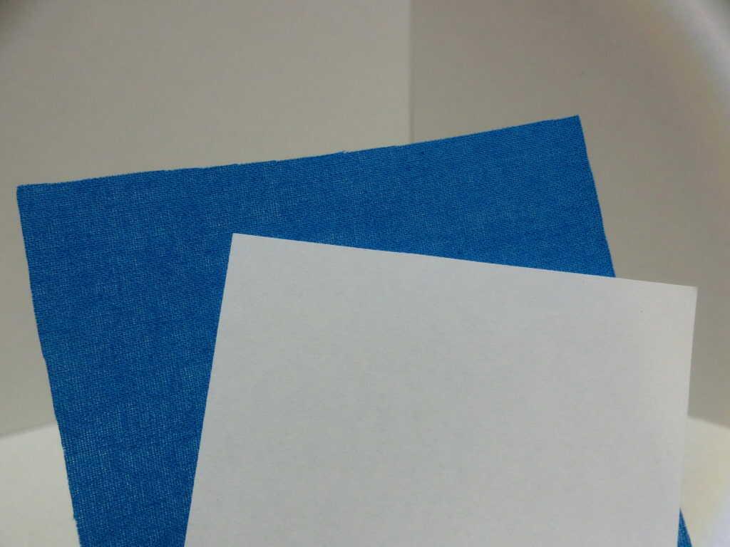 青の布と白のコピー用紙