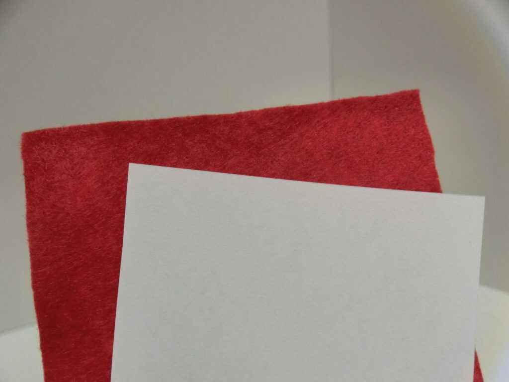 赤のフェルトと白のコピー用紙