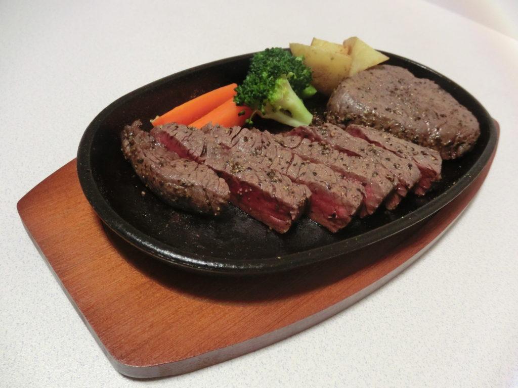 野菜が盛り付けられたステーキ