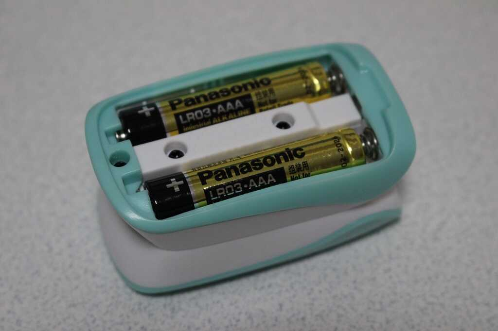 単4電池2本が収納された本体